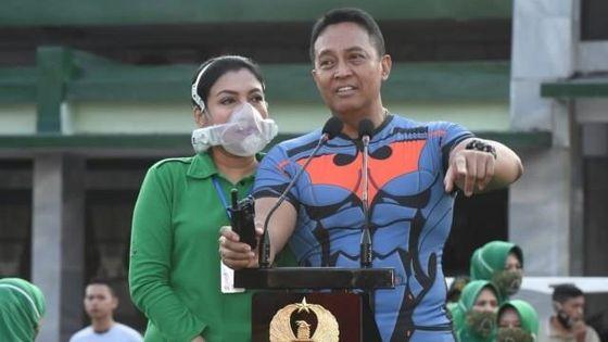 인도네시아 육군 참모총장(오른쪽)의 아내가 공식 석상에서 200만원짜리 맞춤형 마스크를 착용하고 등장해 논란이 일고 있다. [쿰파란=연합뉴스]