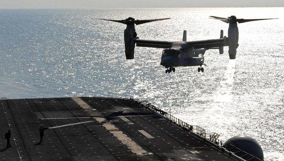 2016년 경북 포항 인근 해상에서 열린 연합상륙훈련 '쌍용훈련'에 참가한 미국 해군의 강습상륙함 '본험 리차드함' (LHD6 4만 500톤급)에서 오스프리가 이륙하고 있다. [사진공동취재단]