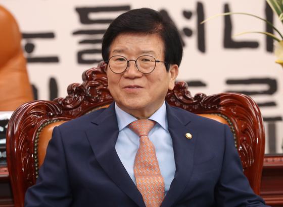 박병석 국회의장이 7일 오후 서울 여의도 국회 의장실에서 허태정 대전시장의 예방을 받고 대화를 나누고 있다. 뉴스1