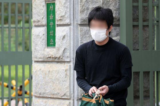 세계 최대 아동 성 착취물 사이트 '웰컴 투 비디오' 운영자인 손정우 씨가 지난 6일 오후 미국 송환 불허 결정으로 석방돼 경기도 의왕시 서울구치소를 나서고 있다. 뉴시스