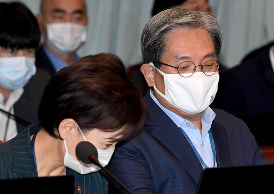 김현미(왼쪽) 국토부 장관이 8일 청와대 여민관에서 열린 국무회의에 참석해 노영민 청와대 비서실장과 인사를 나누고 있다. 청와대 사진기자단