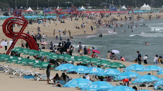 정식 개장 후 첫 주말을 맞은 5일, 부산 해운대해수욕장이 피서객으로 붐비는 모습. 송봉근 기자