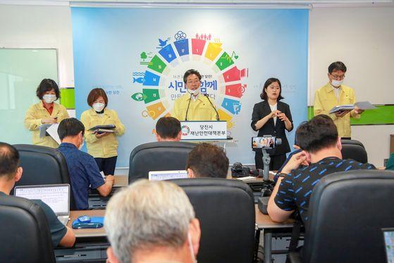 7일 오전 김홍장 당진시장이 코로나19 확진자 발생에 따른 대처상황을 설명하고 있다. [사진 당진시]