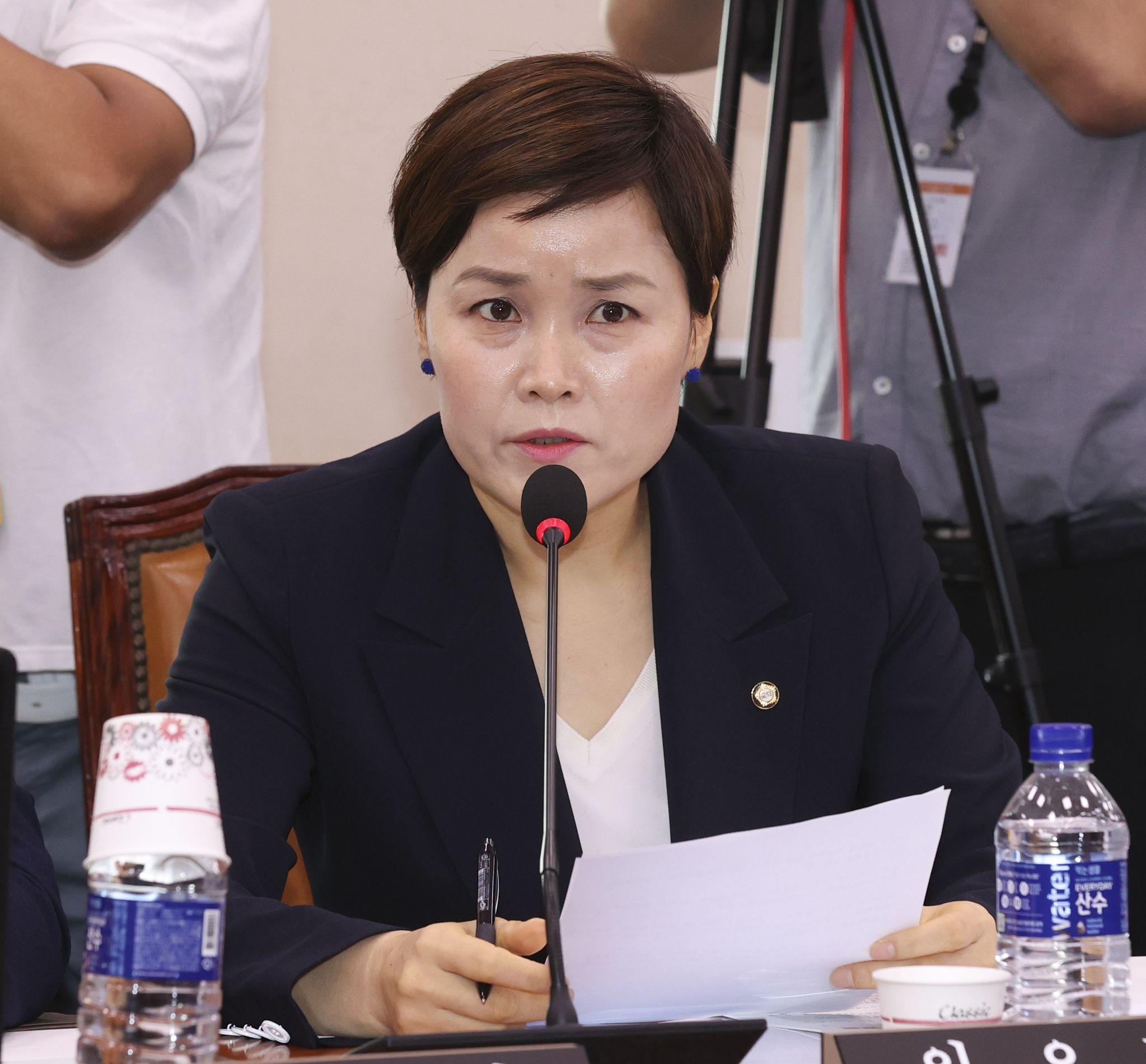 민주당 임오경 의원이 6일 오전 서울 여의도 국회에서 열린 문화체육관광위원회 전체회의에서 물을 마시고 있다. 임현동 기자