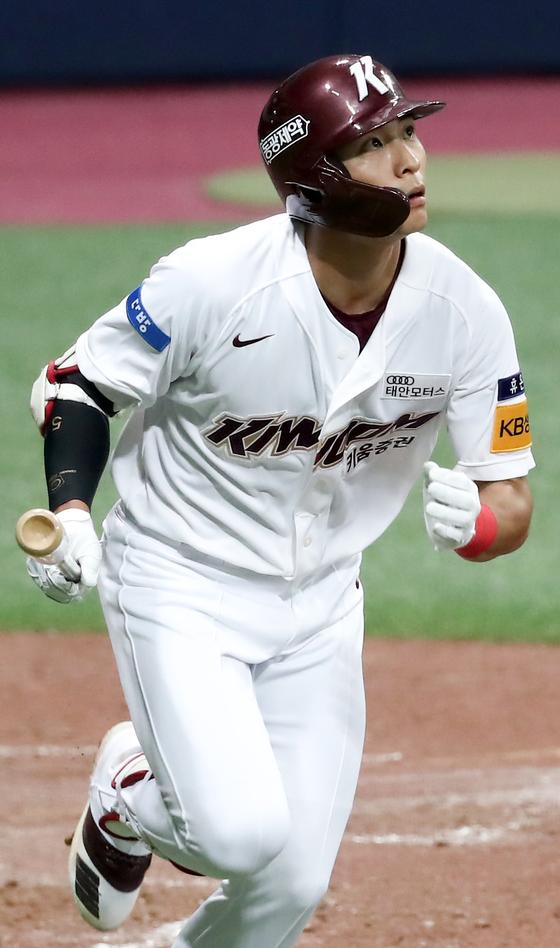 8일 고척 삼성전에서 홈런을 때려낸 뒤 타구를 바라보는 이정후. [연합뉴스]