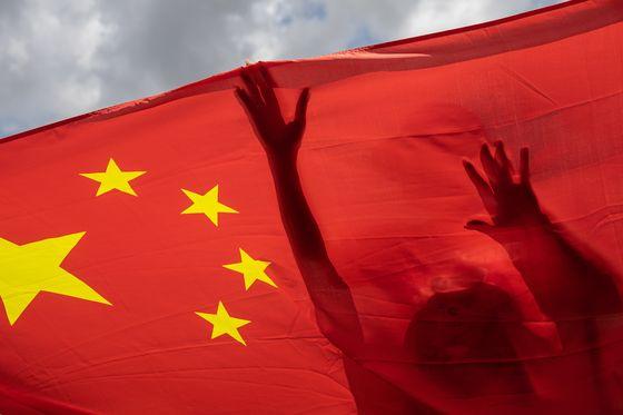 중국에서 홍콩보안법이 통과된 지난달 30일 홍콩의 거리에 중국 오성홍기가 나부끼고 있다. EPA=연합뉴스