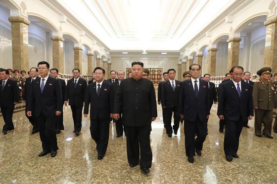 김정은 북한 국무위원장이 8일 김일성 주석 사망 26주기를 맞아 김정은 국무위원장이 금수산태양궁전에 참배했다고 북한 매체들이 전했다.[사진 뉴스1]