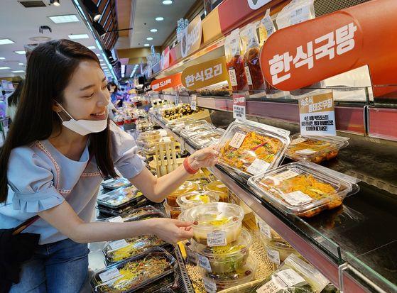 고객이 롯데마트 잠실점 '밀 시그니쳐 스토어'에서 제품을 살펴보고 있다. 사진 롯데쇼핑