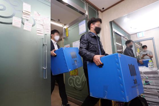 지난 5월 22일 오후 경기도 과천시 신천지 총회본부에서 압수수색을 마친 검찰이 압수품이 담긴 상자를 가져나오고 있다. 연합뉴스