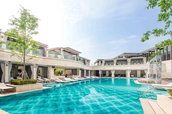 신종 코로나바이러스감염증(코로나19)으로 인파가 붐비는 휴양지 대신 도심의 고급 호텔에서 휴가를 즐기는 '호캉스'가 올 여름에도 인기를 끌고 있다. 파라다이스시티 야외 수영장. 사진 파라다이스시티