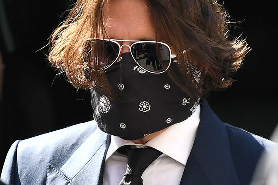 7일(현지시간) 마스크를 쓰고 영국 런던 고등법원에 출석한 조니 뎁. [AFP=연합뉴스]