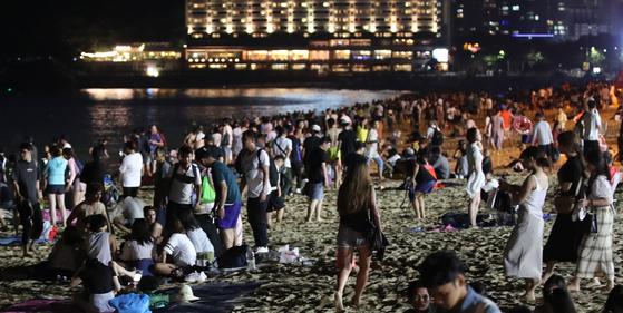 정부가 야간 대형 해수욕장에서의 음주와 취식 행위를 금지한다. 사진은 지난해 부산 해운대 해수욕장 백사장이 밤늦은 시간까지 인파로 가득 차 있는 모습. 송봉근 기자
