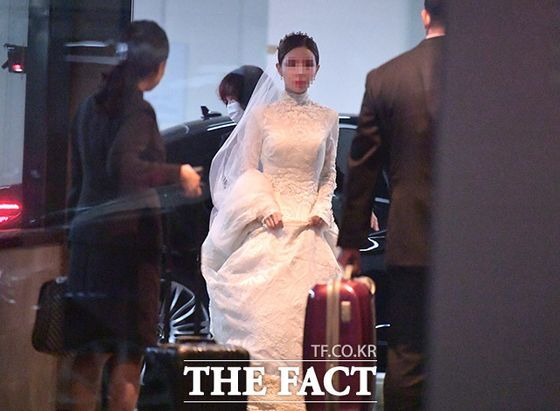 지난 4일 매체 '더팩트'가 공개한 정기선 현대중공업 부사장의 결혼식 사진. 정 부사장의 예비 신부가 서울 포시즌스 호텔의 결혼식장으로 들어서고 있다. 사진 더팩트