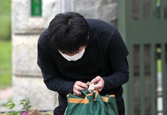 세계 최대 아동 성 착취물 사이트 '웰컴 투 비디오' 전 운영자인 손정우 씨가 6일 법원의 미국 송환 불허 결정으로 석방된 뒤 서울구치소를 나서던 중 취재진에게 고개를 숙이고 있다. [연합뉴스]