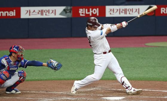 8일 고척 삼성전에서 홈런을 때려내는 키움 박병호. [연합뉴스]