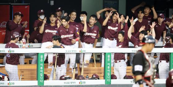 박병호가 홈런을 치고 들어오자 환호하는 키움 동료들. [뉴스1]