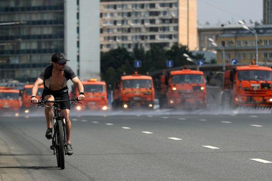 러시아 모스크바 시내에서 폭염으로 인해 도로에 물을 뿌리고 있다. TASS=연합뉴스