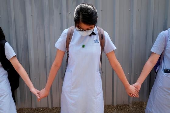 홍콩 옥죄는 中...학교서 시위 주제가 부르면 처벌받는다