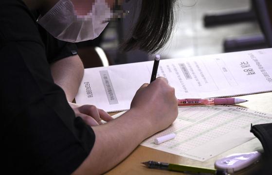한국교육과정평가원이 주관하는 대학수학능력시험 모의평가가 시행된 지난달 18일 오전 서울 상암고등학교에서 학생들이 시험을 준비하고 있다. 연합뉴스