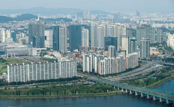 정부와 여당이 다주택자 세부담을 강화하는 내용의 부동산 추가 대책 마련에 나섰다. 사진은 서울 영등포구 63스퀘어 전망대에서 바라본 서울 시내 아파트. [뉴스1]