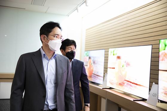 이재용(왼쪽) 삼성전자 부회장이 지난 3월 삼성디스플레이 아산사업장을 방문해 QD디스플레이 TV 시제품을 살펴보고 있다. 이 부회장 오른쪽은 이동훈 삼성디스플레이 대표. [사진 삼성전자]