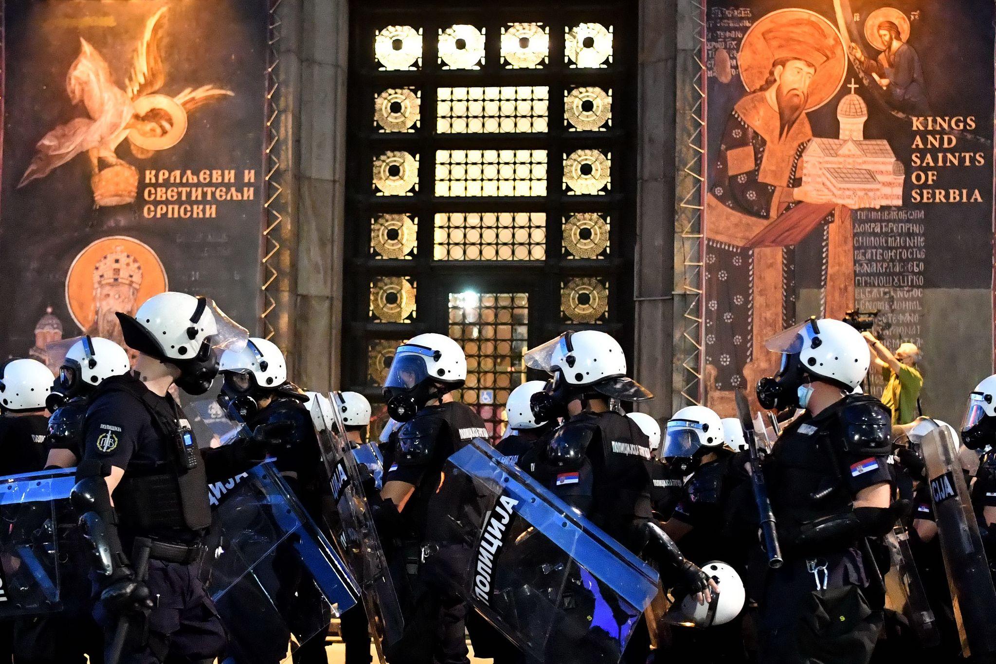 세르비아 베오그라드 경찰이 8일 시위대의 의사당 진입을 막고 있다. AFP=연합뉴스
