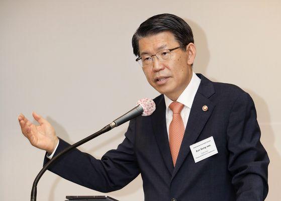 은성수 금융위원장이 8일 '2020 한국 경제 포럼'에서 코로나19와 한국의 금융 정책을 주제로 영어 기조연설을 하고 있다. 박상문 기자