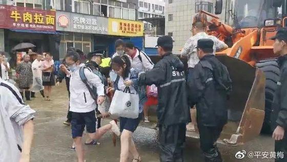 중국 후베이성 황메이현의 화닝고교 기숙사에 고립됐던 대입 수험생 500여 명 중 일부 학생들이 8일 오전 지게차에 실려 학교 밖으로 나오고 있다. [중국 인민망 캡처]