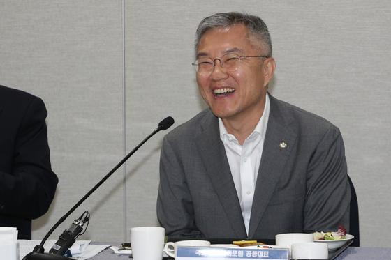 지난달 23일 서울 여의도 국회에서 열린 교육문화포럼 출범기념행사에서 최강욱 열린민주당 대표가 발언을 하고 있다. [뉴스1]