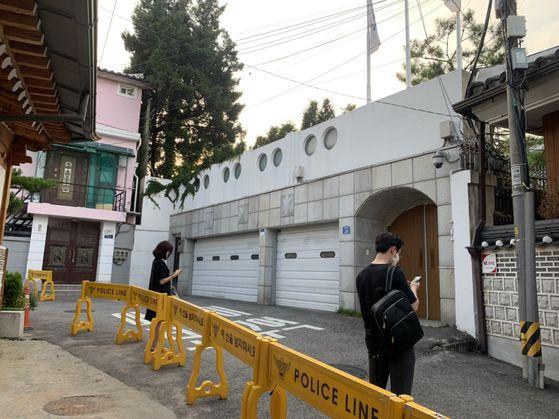 9일 오후 6시 25분 현재 서울 종로구 가회동 서울시장 공관에 폴리스라인이 설치돼있다. 시장공관 문은 굳게 닫힌 상태다. 경찰 20여명 만일 상황 대비해 시장 공관에 대기하고 있다. 허정원 기자