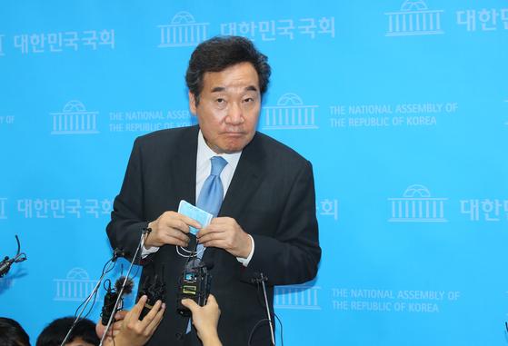 더불어민주당 당 대표에 도전하는 이낙연 의원이 7일 국회 소통관에서 출마선언을 한 뒤 기자들의 질문을 듣고 있다.  연합뉴스