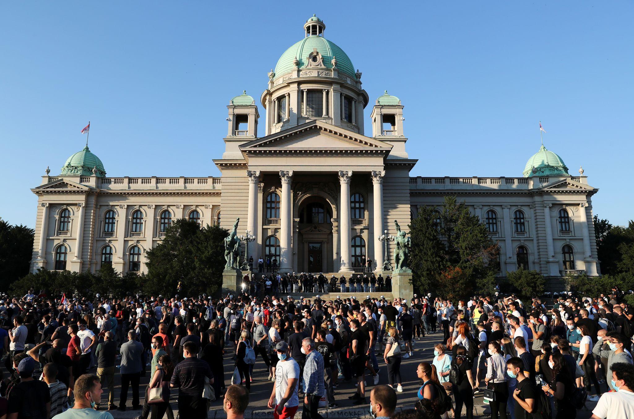 대통령 퇴진을 요구하는 베오그라드 시위대가 8일 의사당 앞에 집결하고 있다. 로이터=연합뉴스