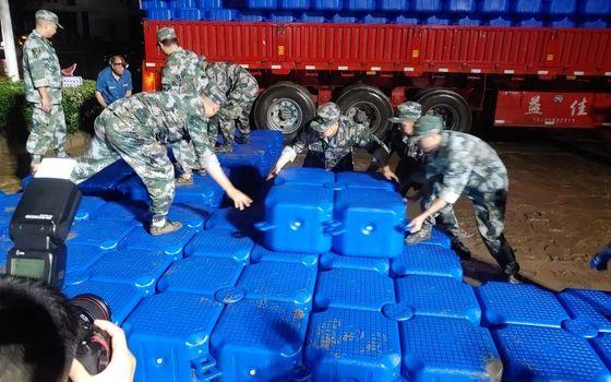 중국 안후이성 서현에선 고사장으로 향하는 길목이 폭우로 침수되자 130여 명의 민병을 동원해 부교를 설치하고 있다. 수험생들이 안전하게 고사장으로 향할 수 있게 하는 조치다. [중국 신경보 캡처]