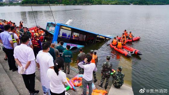 지난 7일 중국 구이저우성 안순시에서 버스가 호수로 추락해 대입 수험생을 포함한 승객 21명이 사망하는 사고가 발생했다. [중국 인민망 캡처]