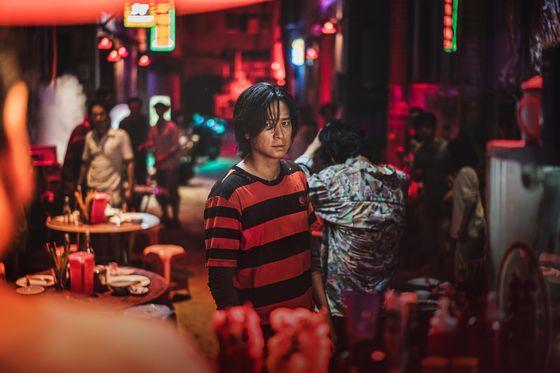 '반도' 주인공 정석(강동원)은 4년 전 좀비가 창궐한 한국에서 탈출해 홍콩에서 현지인들에게 세균 취급을 받으며 살고 있다는 설정이다. [사진 NEW]