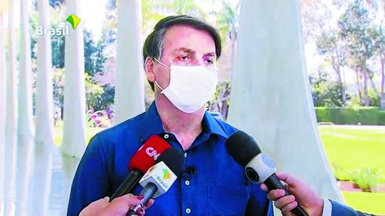 마스크 싫어한 브라질 대통령, 확진 밝히며 또 마스크 벗어