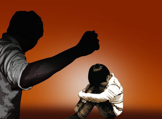 """보건사회연구원이 지난해 발표한 """"생애주기별 학대 및 폭력 연구""""에 따르면 아동기 부정적 생애 경험 및 과거 성인기 폭력 경험이 현재 가정폭력 가해 경험(자녀폭력, 배우자폭력, 노부모폭력)에 미치는 영향에 대한 종합적으로 분석한 결과 가정 폭력 가해자의 89.5%가 아동기 부정적인 사건을 경험했다 [중앙포토_그래픽]"""
