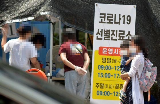 대전 서구보건소 코로나19 선별진료소에서 시민들을 검사를 받기위해 대기하고 있다. 프리랜서 김성태