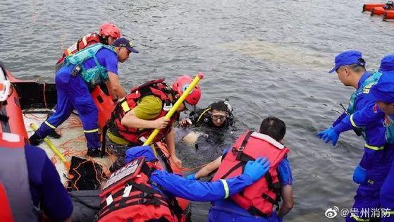 지난 7일 중국 구이저우성 안순시에서 버스가 호수로 추락하는 사고가 발생하자 1100여 명의 인력이 동원돼 생존자 구조 작업에 나서고 있다. 16명 부상에 사망자는 21명이나 됐다. [중국 인민망 캡처]