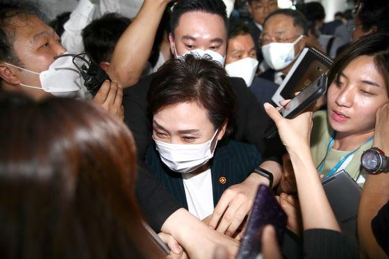 김현미 국토부 장관(가운데)이 9일 오후 서울 여의도 국회 의원회관에서 열린 부동산 관련 당정회의를 마친 뒤 자리를 뜨고 있다. 임현동 기자/20200709