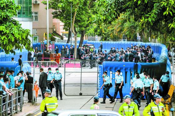 [사진] 방호벽 쌓고 홍콩보안법 감독기관 개소식