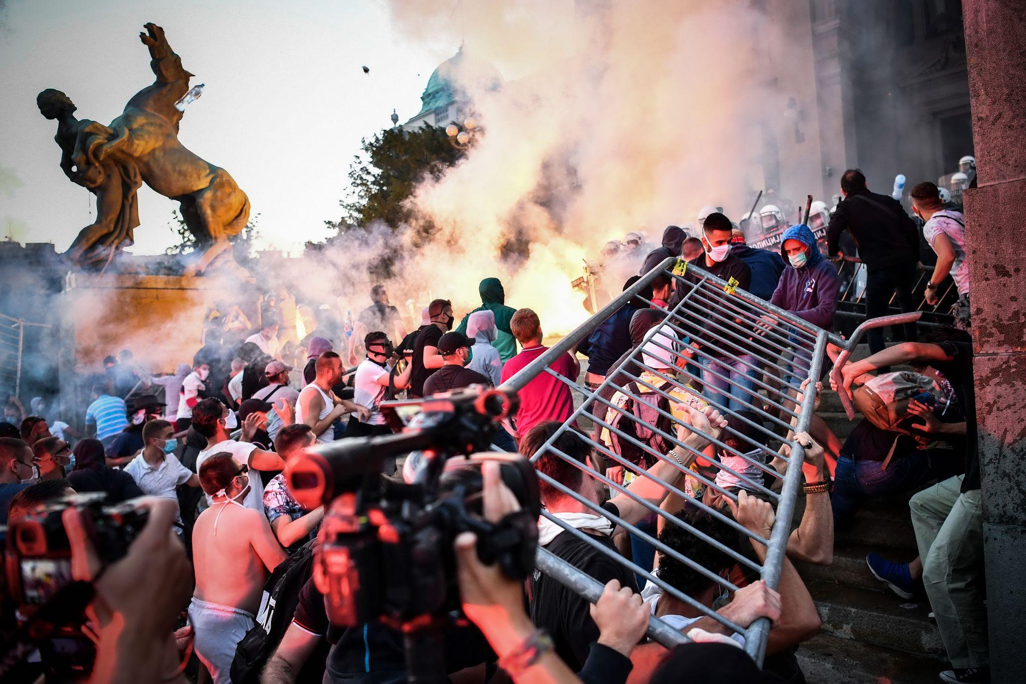 세르비아 수도 베오그라드의 반정부 시위대가 8일(현지시간) 의회 진입을 시도하며 경찰과 충돌하고 있다. 시위대는 코로나 19 확산을 막기 위해 정부가 발표한 주말 통행금지에 반발하고 있다. AFP=연합뉴스