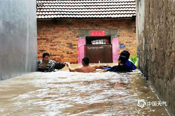 올해 코로나의 진앙이었던 중국 후베이성은 6월 들어 계속되는 폭우로 성내 1081개의 저수지가 범람 위기에 처한 가운데 곳곳이 물난리를 겪고 있다. [중국 신화망 캡처]
