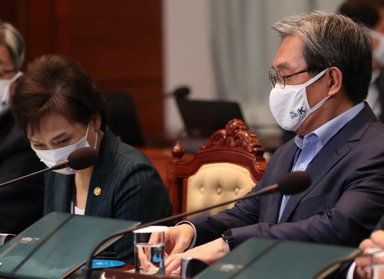 7일 오전 청와대에서 열린 제35회 국무회의에서 김현미 국토교통부 장관(왼쪽)과 노영민 비서실장이 자리에 앉아 회의 시작을 기다리고 있다. [청와대사진기자단]