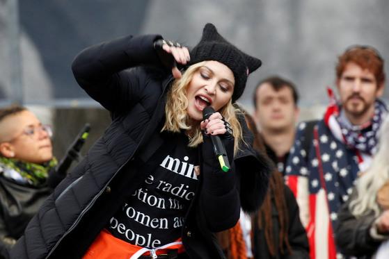 2017년 1월 21일(현지시간) 미국 워싱턴DC 시내에서 벌어진 대규모 반(反)트럼프 시위에서 팝가수 마돈나가 참석,반대연설을 하고 있다. 그는 이날 트럼프를 반대하는 내용을 자신의 노래에 가사를 바꿔 불렀다.[로이터=뉴스1]