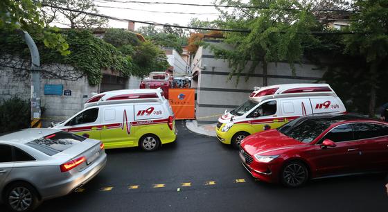 경찰에 박원순 서울시장이 실종됐다는 신고가 들어온 9일 오후 서울 성북구 성북동에서 출동한 119 구조대 구급차가 대기하고 있다. 연합뉴스