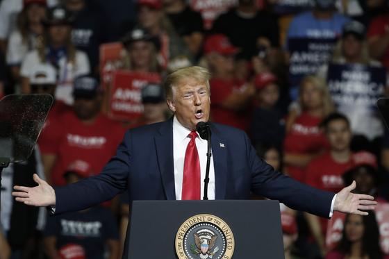 6월20일(현지시간) 트럼프 대통령이 미 오클라호마주 털사카운티 실내체육관에서 선거 유세를 하고 있다. [AP=연합뉴스]