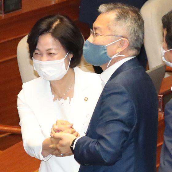 추미애 법무부 장관과 최강욱 열린민주당 대표가 지난 3일 오후 국회 본회의가 끝난 뒤 인사하고 있다. 연합뉴스