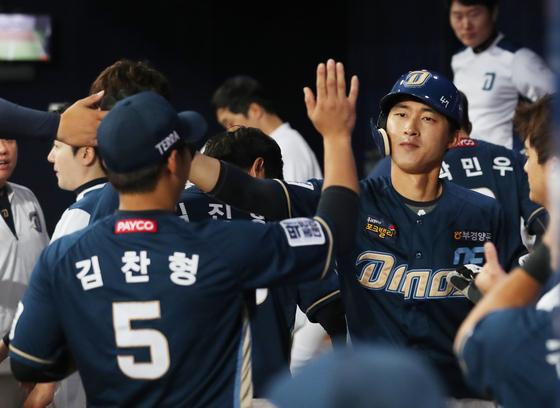 9일 인천 SK전에서 만루 홈런을 때려낸 노진혁(오른쪽). IS 포토