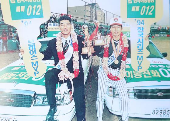 1994년 프로야구 정규시즌 MVP 이종범(왼쪽)과 한국시리즈 MVP 김용수가 시상식이 끝난후 부상으로 받은 승용차 위에서 포즈를 취하고 있다. [중앙포토]